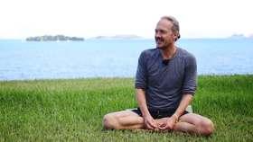 Yoga Video Patrick Broome über Flüchtlinge, Anti-Aging und Einsamkeit