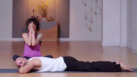 Yoga Video Tutorial: Partnermassage (auch Elefantengang genannt)